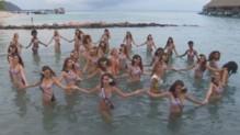 Les Miss posent en bikini à Tahiti.