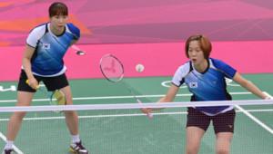 Badminton : les joueuses sud-coréennes Ha Jung Eun et Kim Min Jung, jouant en double contre l'Indonésie (31 juillet 2012)
