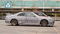 Une Nissan Skyline GT-R redécorée entièrement à l'aide d'un crayon Sharpie.