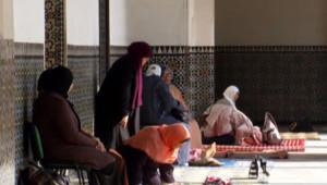Des femmes prient dans les allées de la Grande Mosquée de Paris