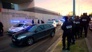 Des policiers en colère manifestent devant le parquet de Bobigny après la mise en examen pour homicide volontaire d'un de leur collègue. Jeudi 26 avril 2012.