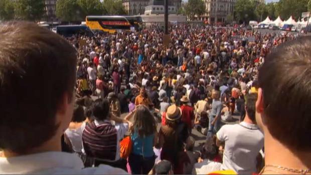 """Des centaines de jeunes rassemblés le 29 mai 2011 place de la  Bastille à Paris contre la précarité et le chômage, à l'instar du  mouvement des """"indignés à Madrid"""