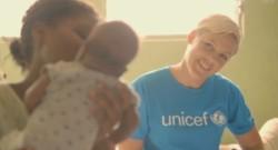 Pink a été nommée ambassadrice du Fonds des Nations unies pour l'enfance. En juillet, Pink s'était rendue avec l'Unicef à Haïti. CRÉDITS : REUTERS/AP ENTERTAINMENT