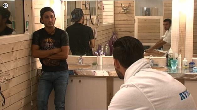 Sentant le danger, Vivian décide de surveiller cette petite séance de massage.
