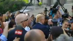 Tiré au sort pour être juré, Donald Trump arrive au tribunal en limousine