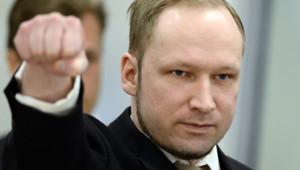 Anders Behring Breivik faisant un salut d'extrême droite au début de son procès (16 avril 2012)