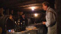 A l'heure des vacances de la Toussaint, voici un concept se développe de plus en plus en France : l'oenotourisme. Une manière de découvrir les vignes et les vins français. Illustration dans le Jura.