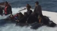 Des migrants tentant de survivre après le naufrage de leur embarcation.