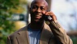 téléphone mobile marche homme noir black sourire (DR)