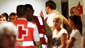 Proches de victimes du crash d'un avion de la Spanair attendant des nouvelles à l'aéroport de Las Palmas (20 août 2008)