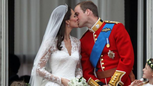 Après s'être mariés le 29 avril 2011, Kate et William sacrifient à la tradition de l'apparition au balcon du Palais de Buckingham pour échanger un baiser... puis une 2nd.