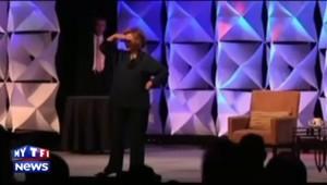 Hillary Clinton évite une chaussure et en rigole