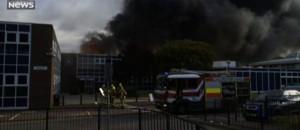 Un feu énorme détruit une école du West Sussex en Angleterre : 75 pompiers mobilisés