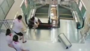 Une mère sauve son enfant sur un escalator.