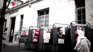 Des panneaux électoraux devant un bureau de vote du 13e arrondissement de Paris/22 avril 2012
