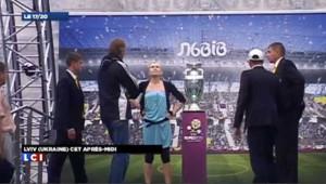 Ukraine : une militante des Femen tente de voler le trophée de l'Euro-2012