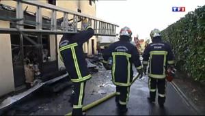 Le 20 heures du 29 décembre 2013 : Incendie dans l'Essonne : les pompiers s�risent le b�ment, l'enqu� est en cours - 518.106