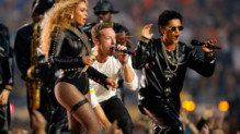 Beyoncé, Bruno Mars et Chris Martin du groupe Coldplay enflamment la mi-temps du Super Bowl 2016