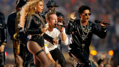 Beyoncé, Bruno Mars et Chris Martin du groupe Coldplay enflamment la mi-temps du Super Bowl 2016