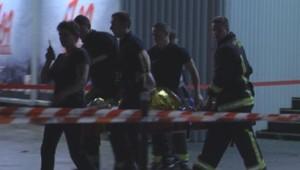 Les pompiers évacuant l'un des blessés de l'explosion accidentelle au palais des Sports le 8 novembre 2013
