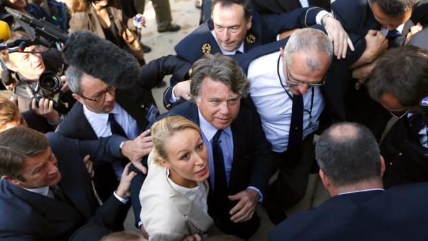 Marion Maréchal-Le Pen et Gilbert Collard, élus FN, faisant leur première entrée à l'Assemblée nationale (20 juin 2012)