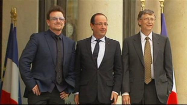François Hollande entouré de Bono et Bill Gates à l'Elysée le 10 octobre 2012.