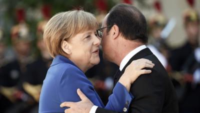 François Hollande et Angela Merkel dans la cour de l'Elysée le 2 octobre 2015
