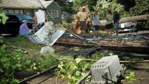 De violents orages ont balayé l'est des Etats-Unis faisant au moins une dizaine de morts et plusieurs millions de foyers privés d'électricité comme ici en Virginie. Le 30/06/2012