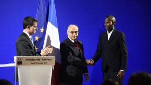 Lassana Bathily, héros de l'Hyper Casher, lors de sa naturalisation par Manuel Valls et Bernard Cazeneuve, le 20 janvier 2015 à Paris.