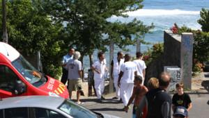 Secours et badauds devant la plage des Aigrettes à la Réunion le 12 avril 2015 après la mort d'un garçon de 13 ans attaqué par un requin