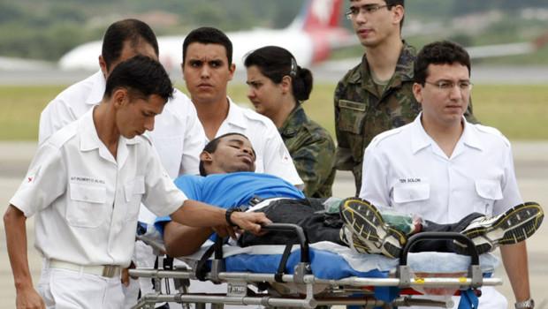 Un Casque bleu brésilien rescapé du séisme est évacué vers Sao Paulo.
