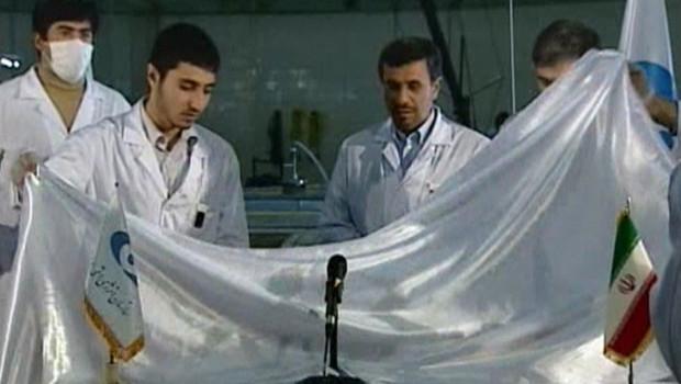 Le président iranien, Mahmoud Ahmadinejad, en visite à la centrale nucléaire de recherche de Téhéran (15/02/2012)