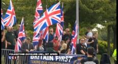Grande-Bretagne : pro et anti-migrants manifestent devant l'entrée de l'Eurotunnel