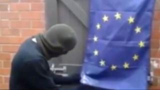 ZAPNET - L'activiste qui n'arrive pas à brûler le drapeau : il devient la risée du web