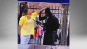 Une mère réprimande son fils émeutier à Baltimore