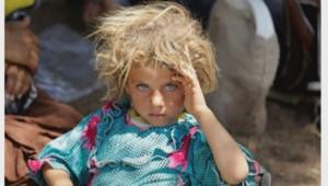 Ce cliché d'une petite fille yézidi fuyant l'Organisation Etat islamique a fait le tour du monde.