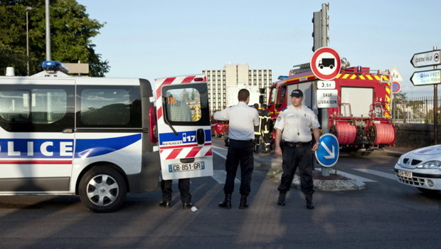 Des policiers sont postés à proximité d'une maison où un homme armé, âgé d'une trentaine d'années, retient à son domicile les parents de son ex-concubine à Dijon