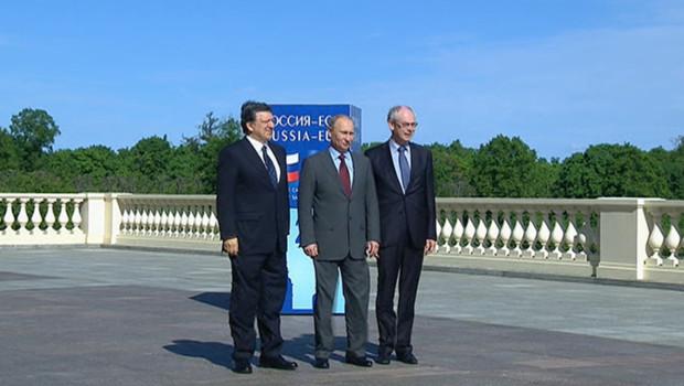 José Manuel Barroso (g.), Vladimir Poutine (c.) et Herman Von Rompuy (d.), au sommet UE-Russie de Saint-Pétersbourg, le 4/6/12