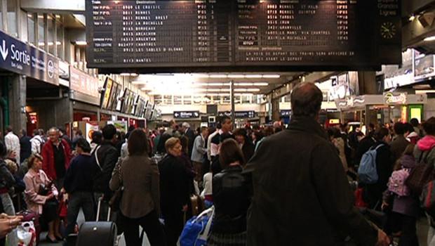 Des voyageurs sans train à la gare Montparnasse, le 20 mai 2009
