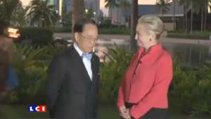 Le week-end dernier, alors qu'Hillary Clinton posait pour une séance photo à Hawaï avec le chef de l'exécutif de Hong Kong, Donald Tsang, un homme presque nu a fait irruption derrière eux.