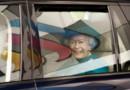 Elizabeth II en voiture, le 30 octobre 2014 à Wolverhampton, au Royaume-Uni.