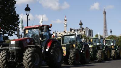 Des tracteurs devant la Tour Eiffel le 3 septembre 2015, jour de manifestation