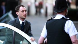 Jude Law arrive au tribunal du Old Bailey à Londres pour témoigner dans le cadre des écoutes illégales du tabloïd News of the World, le 27 janvier 2014.