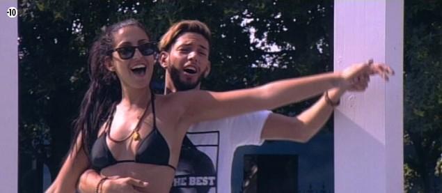 Elodie et Sacha s'amusent à chanter du Céline Dion en rejouant la célèbre scène du Titanic.