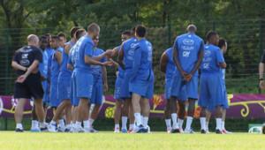 Les Bleus se recueillent en hommage à Thierry Roland avant un entraînement en Ukraine, le 16 juin 2012.