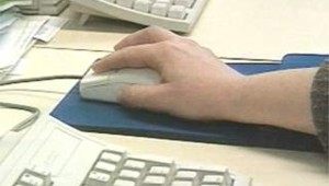 souriso main clavier machine homme informatique-internet multimedia