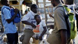 Tout peut dégénérer: ici, des rescapés s'affrontent dans les ruines d'un magasin qu'ils pillent.