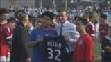 VIDEO. En Chine, David Beckham joue au foot... en costard