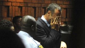 Oscar Pistorius a fondu en larmes à son arrivée au tribunal de Pretoria vendredi 15 février. Il est inculpé du meurtre de sa petite amie, Reeva Steenkamp.