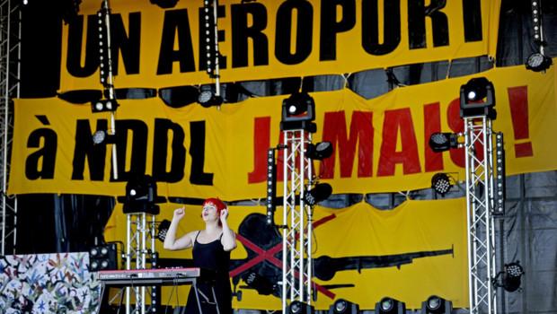 Plusieurs milliers de personnes se sont rassemblées samedi à Notre-Dame-des-Landes pour une fête musicale de soutien aux opposants au projet d'aéroport.